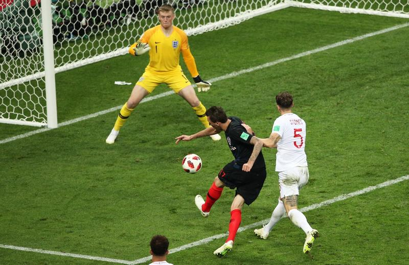 Марио Манджукич забивает англичанам на ЧМ-2018.